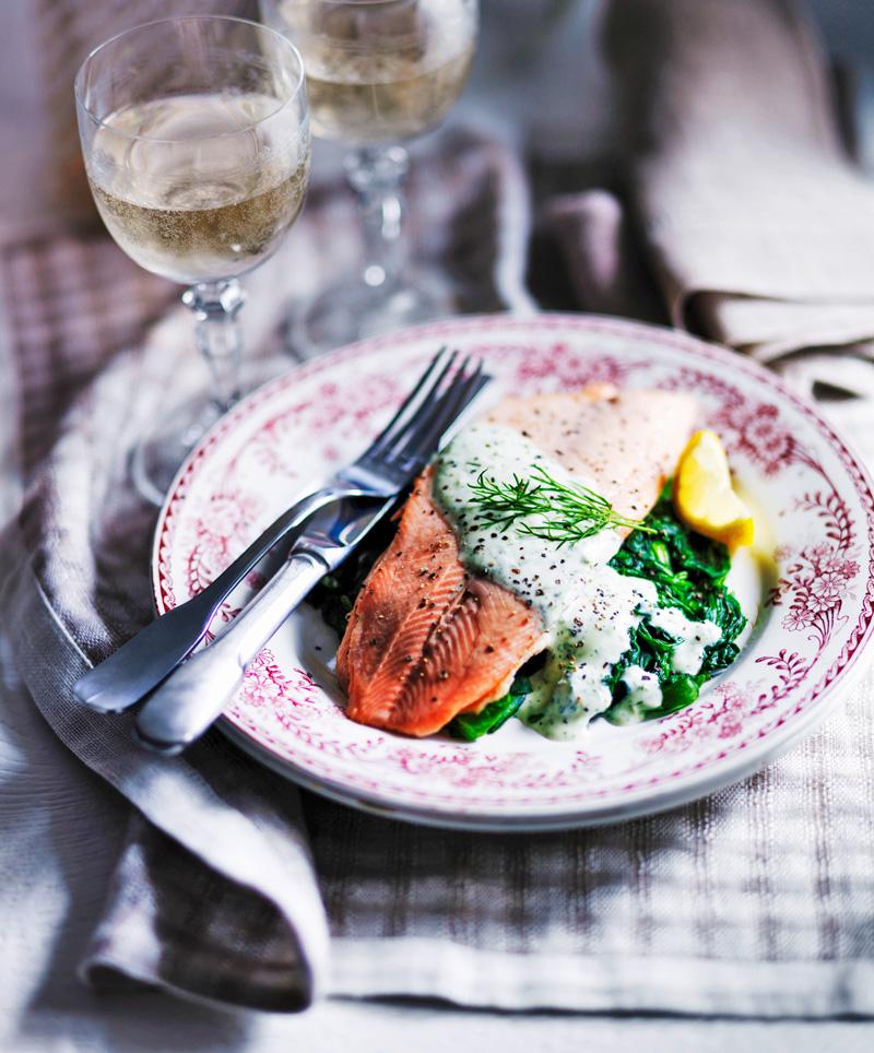 gedeckter Tisch mit Lachsgericht EAT CLUB